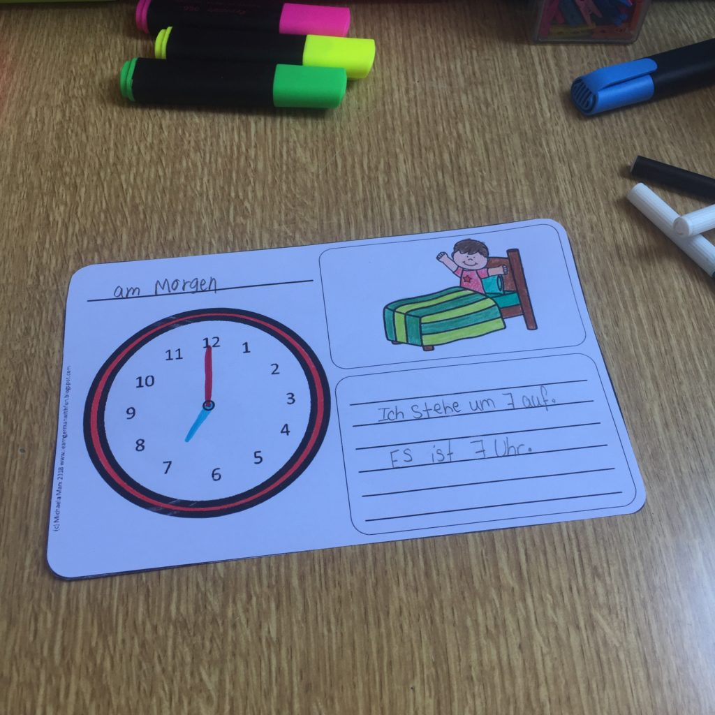 Tagesablauf und Uhrzeit üben. Schreiben und ausmalen in einem kleinen Übungsheft.